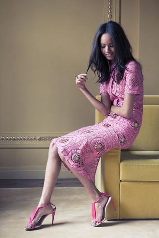 Comment porter: chemisier à manches courtes en dentelle fuchsia, jupe mi-longue en dentelle fuchsia, sandales à talons en cuir fuchsia