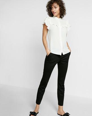 Comment porter un chemisier: Porte un chemisier et un pantalon slim noir pour un look de tous les jours facile à porter. D'une humeur audacieuse? Complète ta tenue avec une paire de des sandales plates en cuir noires.