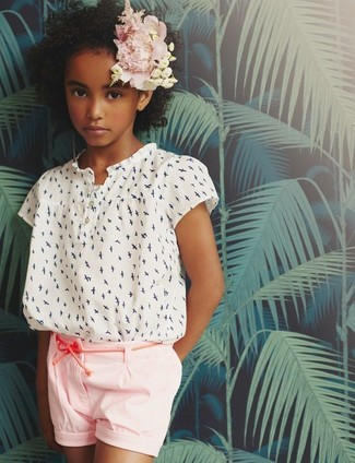 Comment porter: chemisier à manches courtes imprimé blanc, short rose