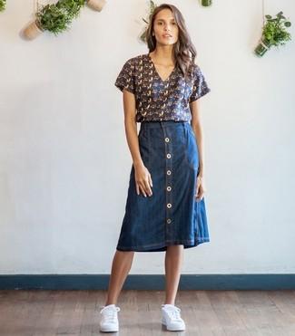 Comment porter: chemisier à manches courtes imprimé bleu marine, jupe boutonnée en denim bleu marine, baskets basses blanches