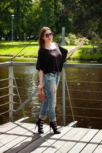 Comment porter: chemisier à manches courtes marron foncé, jean boyfriend déchiré bleu, sandales à talons en cuir noires, pochette transparente
