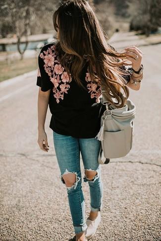 Comment porter: chemisier à manches courtes brodé noir, jean skinny déchiré bleu, baskets à enfiler en toile beiges, sac fourre-tout en cuir gris