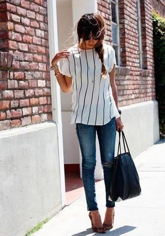 Comment porter: chemisier à manches courtes à rayures verticales blanc et noir, jean skinny déchiré bleu, escarpins en daim imprimés léopard marron clair, sac fourre-tout en cuir noir