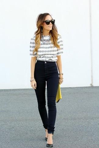 Comment porter: chemisier à manches courtes imprimé gris, jean skinny noir, escarpins en cuir noirs, pochette en cuir jaune