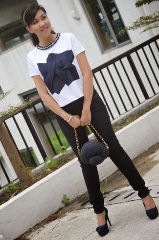 Comment porter: chemisier à manches courtes brodé blanc et bleu marine, jean skinny noir, escarpins en daim noirs, pochette noire