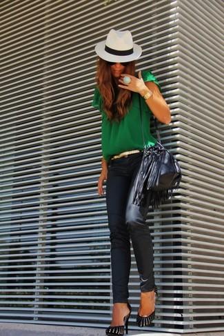 Comment porter: chemisier à manches courtes vert, jean skinny en cuir noir, escarpins en daim noir et doré, sac bourse en cuir noir