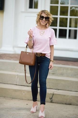 Comment porter: chemisier à manches courtes à volants rose, jean skinny bleu marine, mules en daim beiges, sac bandoulière en cuir marron