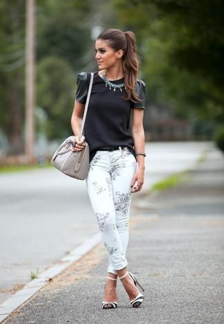 Comment porter: chemisier à manches courtes noir, jean skinny à fleurs blanc, sandales à talons en cuir blanches et noires, sac fourre-tout en cuir gris