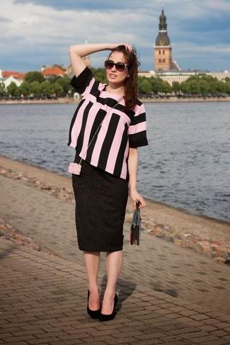 Comment porter: chemisier à manches courtes à rayures verticales rose et noir, jupe crayon imprimée noire, escarpins en daim noirs, pochette transparente