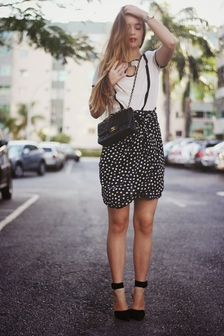 Comment porter: chemisier à manches courtes à rayures verticales blanc et noir, jupe crayon á pois noire et blanche, escarpins en daim noirs, sac bandoulière en cuir matelassé noir
