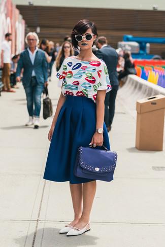 Comment porter: chemisier à manches courtes imprimé blanc, jupe évasée bleu marine, ballerines en cuir blanches, cartable en cuir bleu