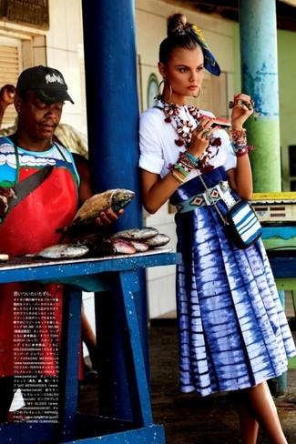 Comment porter: chemisier à manches courtes blanc, jupe mi-longue imprimé tie-dye bleue, sac bandoulière en cuir à rayures horizontales blanc, bandana imprimé bleu