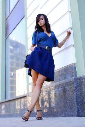 Comment porter un chemisier à manches courtes bleu: Essaie de marier un chemisier à manches courtes bleu avec une jupe patineuse bleue pour une tenue idéale le week-end. Complète ce look avec une paire de sandales à talons en cuir à clous noires.
