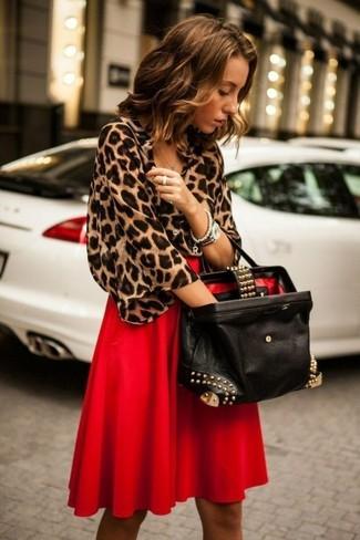 Comment porter: chemisier à manches courtes imprimé léopard marron, jupe mi-longue plissée rouge, sac fourre-tout en cuir orné noir, montre argentée