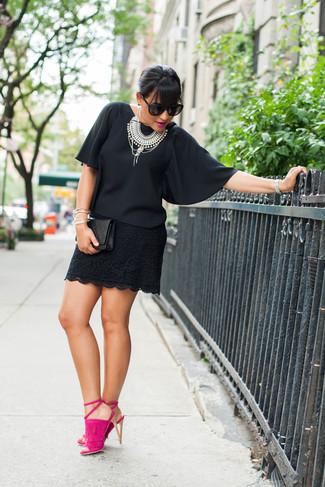 Pense à associer un chemisier à manches courtes en chiffon noir avec une pochette en cuir matelassée noire pour un déjeuner le dimanche entre amies. Rehausse cet ensemble avec une paire de des sandales à talons en daim fuchsia.