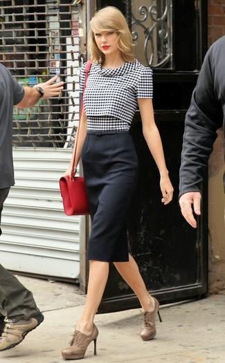 Tenue de Taylor Swift: Chemisier à manches courtes en vichy noir et blanc, Jupe crayon noire, Bottines à lacets en cuir marron clair, Sac bandoulière en cuir rouge
