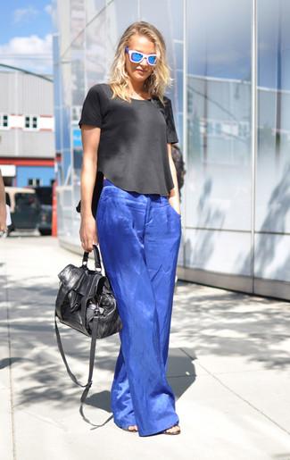 Comment porter un chemisier: Essaie d'associer un chemisier avec un pantalon large bleu pour une tenue confortable aussi composée avec goût.