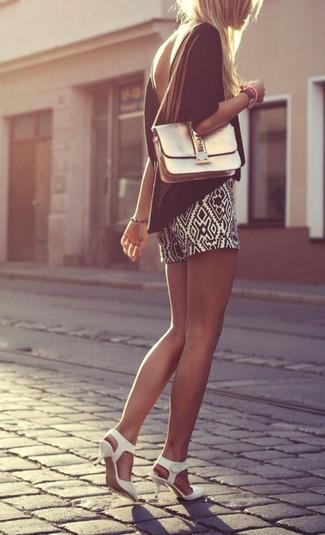 Comment porter: chemisier à manches courtes noir, short géométrique noir et blanc, escarpins en cuir blancs, sac bandoulière en cuir doré