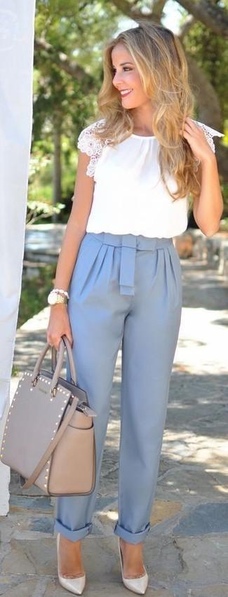 Comment porter: chemisier à manches courtes blanc, pantalon carotte bleu clair, escarpins en cuir gris, sac fourre-tout en cuir gris