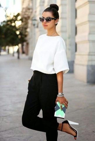 Comment porter: chemisier à manches courtes blanc, pantalon carotte noir, sandales à talons en cuir blanches et noires, pochette en cuir géométrique vert menthe