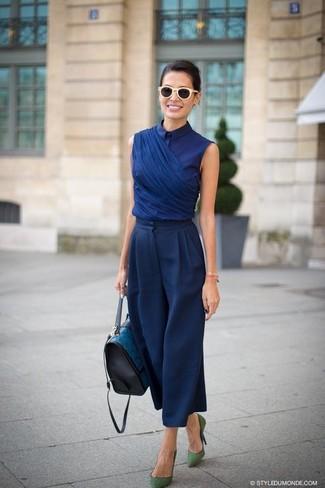 Comment porter: chemisier à manches courtes bleu marine, pantalon large bleu marine, escarpins en daim verts, cartable en cuir bleu canard