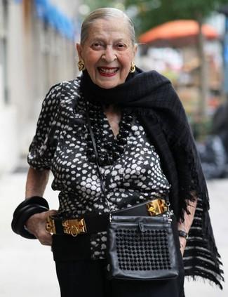 Comment porter: chemisier à manches courtes imprimé noir et blanc, pantalon large noir, sac bandoulière en cuir noir, ceinture en cuir ornée noir et doré