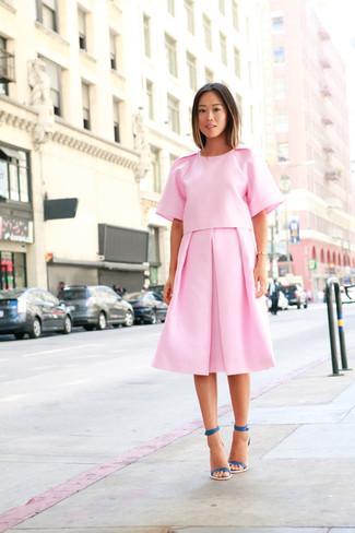 Comment porter: chemisier à manches courtes rose, jupe mi-longue plissée rose, sandales à talons en cuir bleu canard