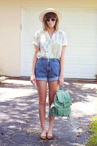 Comment porter: chemisier à manches courtes à fleurs blanc, short en denim bleu, ballerines en cuir marron, sac à dos en cuir vert menthe