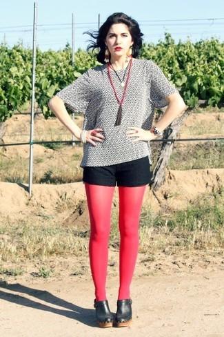 Comment porter: chemisier à manches courtes imprimé blanc et noir, short en dentelle noir, mules en cuir noires, collier orné de perles rouge