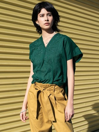 Comment porter: chemisier à manches courtes vert foncé, pantalon carotte marron clair