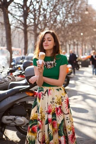 Pense à harmoniser un chemisier à manches courtes vert avec une jupe évasée à fleurs blanche pour créer un style chic et glamour.