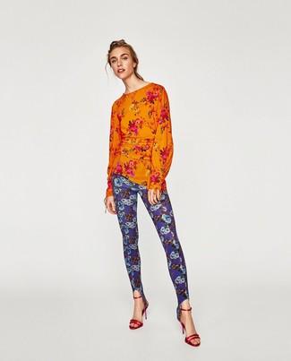 Comment porter: chemisier à manches longues à fleurs orange, leggings à fleurs bleus, sandales à talons en cuir rouges