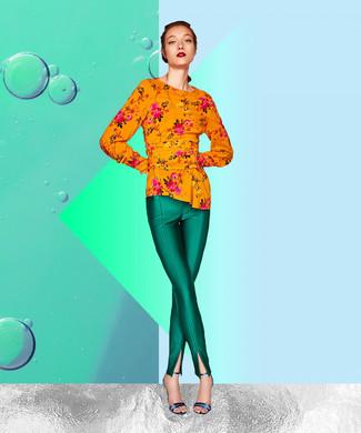 Comment porter un pantalon slim vert: Pour créer une tenue idéale pour un déjeuner entre amis le week-end, pense à marier un chemisier à manches longues à fleurs orange avec un pantalon slim vert. Une paire de sandales à talons en cuir bleues est une option astucieux pour complèter cette tenue.