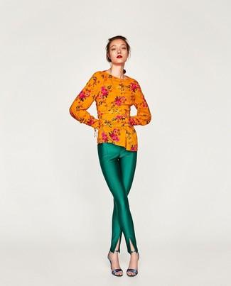 Comment porter un pantalon slim vert: Pense à opter pour un chemisier à manches longues à fleurs orange et un pantalon slim vert pour obtenir un look relax mais stylé. Une paire de sandales à talons en cuir bleues est une option astucieux pour complèter cette tenue.