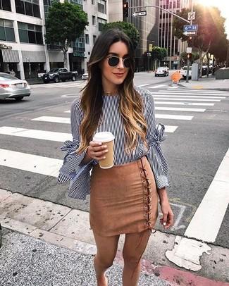 Tendances mode femmes: Pour une tenue de tous les jours pleine de caractère et de personnalité pense à opter pour un chemisier à manches longues à rayures verticales bleu marine et blanc et une minijupe en daim marron clair.