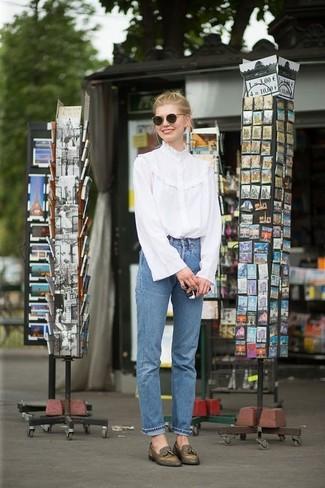 Comment porter: chemisier à manches longues à volants blanc, jean bleu, mocassins à pampilles en cuir olive