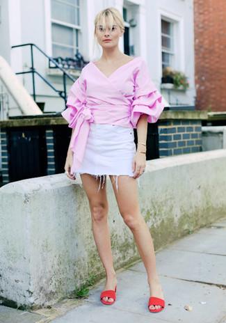 Comment porter: chemisier à manches longues à volants rose, minijupe en denim blanche, mules en daim rouges