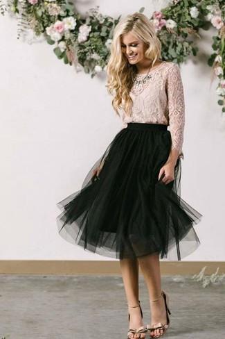 Comment porter: chemisier à manches longues en dentelle beige, jupe mi-longue en tulle noire, sandales à talons en cuir beiges, collier transparent