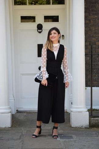 Comment porter: chemisier à manches longues á pois blanc, combinaison pantalon noire, sandales à talons en daim noires, boucles d'oreilles noires