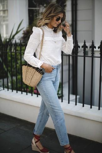 Comment porter des sandales compensées en daim rouges: Marie un chemisier à manches longues en broderie anglaise blanc avec un jean bleu clair et tu auras l'air d'une vraie poupée. Une paire de sandales compensées en daim rouges s'intégrera de manière fluide à une grande variété de tenues.