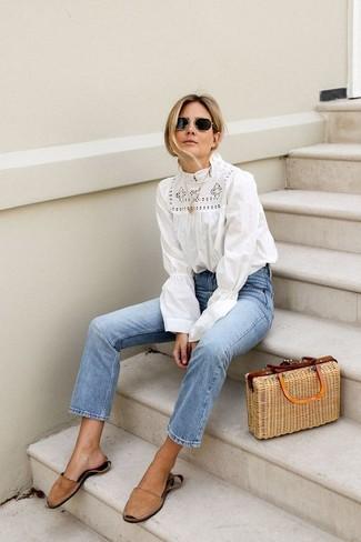 Comment porter: chemisier à manches longues en crochet blanc, jean bleu clair, sandales plates en daim marron clair, sac fourre-tout de paille marron clair