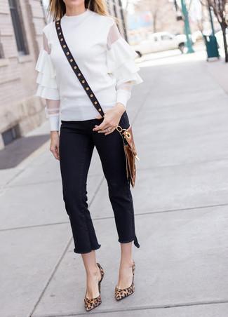Comment porter: chemisier à manches longues à volants blanc, jean à franges noir, escarpins en daim imprimés léopard marron, sac bandoulière en cuir à clous noir