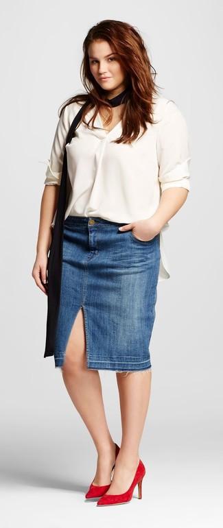 Comment porter: chemisier à manches longues en soie blanc, jupe crayon en denim bleue, escarpins en daim rouges, écharpe en soie noire