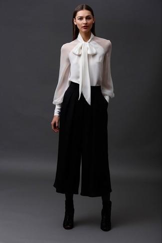 Pense à associer un chemisier à manches longues blanc avec une jupe-culotte noire pour un look de tous les jours facile à porter. Une paire de des bottines en cuir découpées noires est une option génial pour complèter cette tenue.