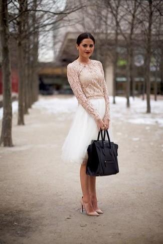 Pense à opter pour un chemisier à manches longues en dentelle blanc et une jupe évasée de tulle blanche pour achever un look chic. Termine ce look avec une paire de des escarpins en cuir beiges.