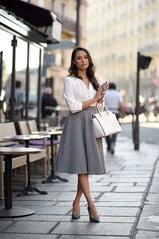 Comment porter: chemisier à manches longues blanc, jupe évasée grise, escarpins en cuir gris, sac fourre-tout en cuir blanc