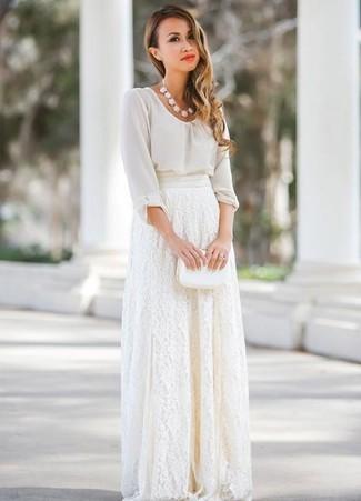 Associer un chemisier à manches longues en chiffon blanc avec une jupe longue en dentelle blanche est une option confortable pour faire des courses en ville.