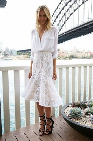 Comment porter: chemisier à manches longues blanc, jupe mi-longue en dentelle à volants blanche, sandales spartiates en daim noires