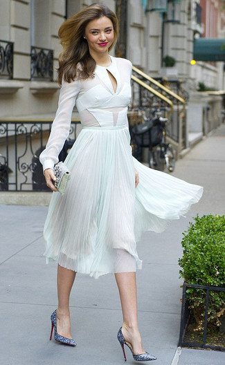 Comment porter: chemisier à manches longues en chiffon blanc, jupe mi-longue en chiffon plissée vert menthe, escarpins pailletés bleus, pochette ornée argentée
