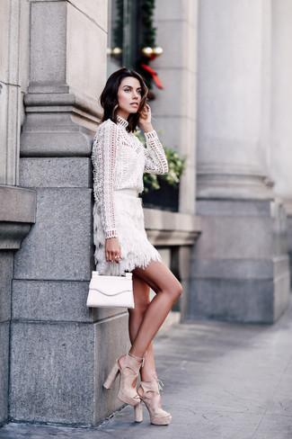 Comment porter: chemisier à manches longues en broderie anglaise blanc, minijupe à franges blanche, sandales à talons en daim beiges, pochette en cuir blanche